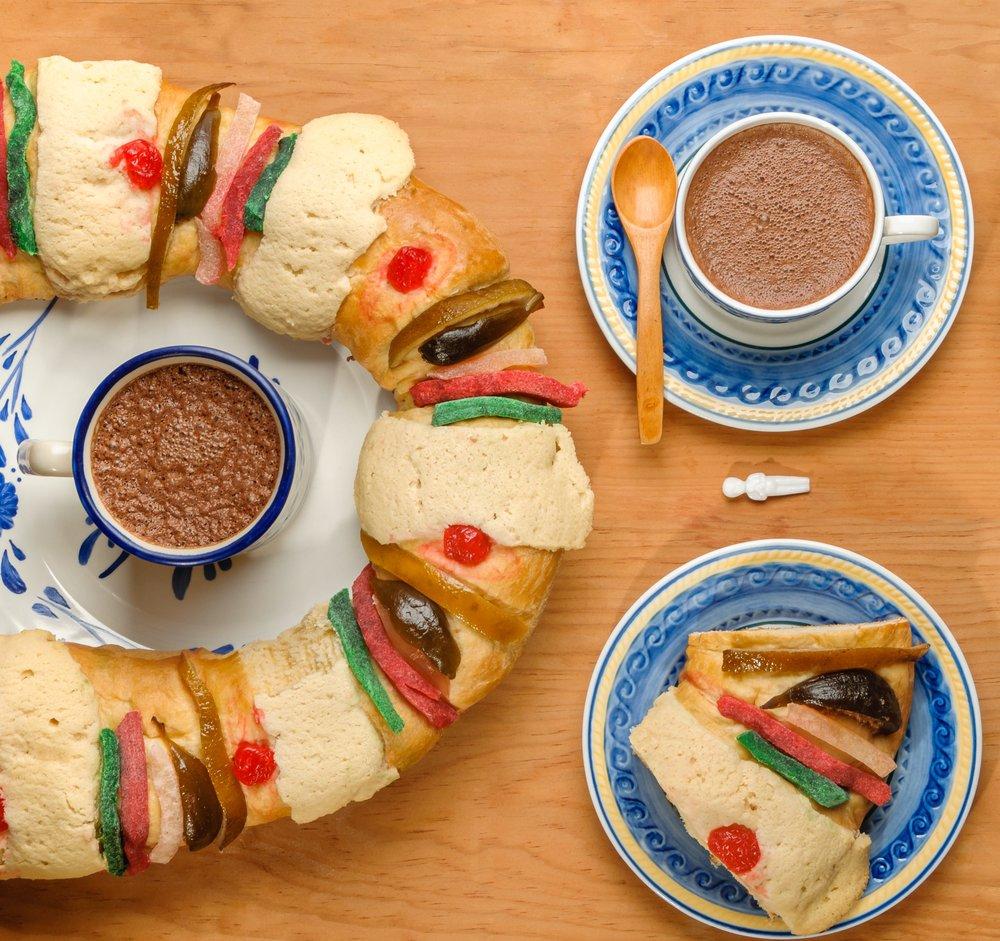 Rosca de reyes con chocolate caliente